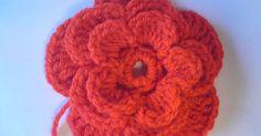 Jag har skrivit innan att jag var lite besatt av att virka blommor.Om någon också vill virka en blomma så har jag beskrivning här som jag ha... Crochet Hair Accessories, Crochet Hair Styles, Textiles, Beautiful Crochet, Crochet Flowers, Handicraft, Crochet Patterns, Crochet Ideas, Crochet Necklace