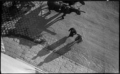 Szerző:Kinszki Imre (1901-1945)  Cím:[Járókelők, lovas kocsi] [Fénykép] : [felülnézet,árnyékok]  Dátum:[1930-as évek] Budapest, Sci Fi, Street, Science Fiction, Walkway