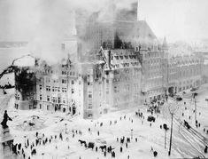 Foule observant l'incendie du Château Frontenac, le 14 janvier 1926.