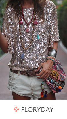Boho Chic Fashion Looks. Accessories with pompom neckpiece and boho handbag for the perfect hippie vibe. Bohemian Chic Fashion, Ibiza Fashion, Fashion Mode, Look Fashion, Bohemian Style, Boho Chic, Womens Fashion, Fashion Trends, Fashion Ideas