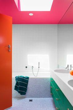Gallery Of Modernist Wonderland By Wowowa Local Architecture And Residential Interior Design Balwyn North,vic Image 6 Blue Bathroom Decor, Bathroom Colors, Small Bathroom, Colorful Bathroom, 1950s Bathroom, Retro Bathrooms, White Bathrooms, Master Bathrooms, Bathroom Layout