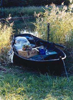 who needs a lake house with a canoe like this? Picnic on the lake Picnic Time, Summer Picnic, Summer Fun, Picnic Spot, Romantic Picnics, Company Picnic, Perfect Date, Gone Fishing, Fishing Rod