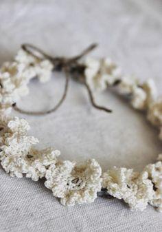 a maggio, il mese delle rose             si ispira questa coroncina           spago e filo di ferro;   cotone e uncinetto per crear...