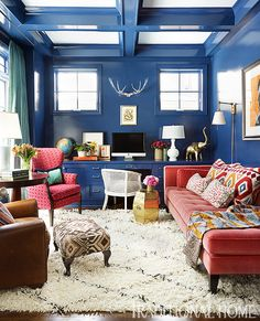 Designer Summer Thornton lacquered the study walls cobalt blue and incorporated coral accents and furnishings. - Photo: Werner Straube