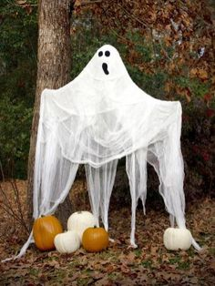 Amazing DIY Halloween Decorations Ideas You must have been waiting eagerly for the halloween season! so here are some wonderful DIY halloween decorations for you to make your home look attractive and welcome the halloween season. Halloween Geist, Spooky Halloween, Halloween Ghost Decorations, Halloween Displays, Homemade Halloween, Outdoor Halloween, Halloween Crafts, Diy Ghost Decoration, Halloween Design