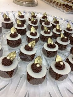 Doces para casamento 2017 sabores marcantes para todos os paladares Chewy Chocolate Chip Cookies, Chocolate Pies, Wedding Desserts, Mini Desserts, Gift Box Cakes, Pastry Design, Beautiful Cupcakes, Wedding Cakes With Cupcakes, Pretty Cakes