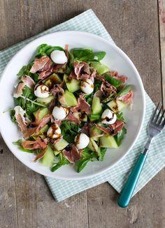 Vandaag gaan we voor een salade. Een salade met meloen en ham. Lekker fris, ideaal voor een warme(re) dag. Als er iets is dat ik deze zomer veel gegeten heb dan zijn het salades. En niet de standaard 'Hollandse salade' met tomaat en ei, ik wisselde lekker af en pakte van alles dat in de koelkast... LEES MEER...