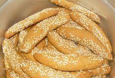 Τα λαδερά κουλουράκια είναι από τα πιο αγαπημένα βουτήματα σε όλη την Ελλάδα. Είναι νόστιμα, υγιεινά, διατηρούνται για εβδομάδες και συνοδεύουν το πρωινό και το απογευματινό μας καφεδάκι αλλ… Hot Dog Buns, Hot Dogs, Apple Pie, Biscuits, Deserts, Bread, Cookies, Sweet, Recipes