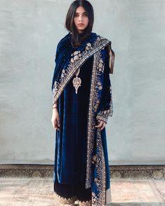 Party Wear Indian Dresses, Indian Gowns, Indian Attire, Indian Kurta, Velvet Kurtis Design, Velvet Dress Designs, Pakistani Dress Design, Pakistani Outfits, Indian Outfits