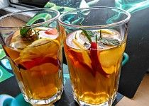 Chlazený černý  čaj na horké dny  s ovocem, mátou a citronem Pint Glass, Beer, Drinks, Tableware, Lemon, Catalog, Root Beer, Drinking, Ale