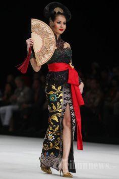 Model memperagakan busana rancangan Anne Avantie bertema Legong Srimpi pada Indonesia Fashion Week 2014 di Jakarta Convention Center (JCC),… #1036332
