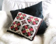 Vintage Scandinavian embroidered pillow - Doce Vika Vintage selected Scandinavian vintage by DoceVikaVintage