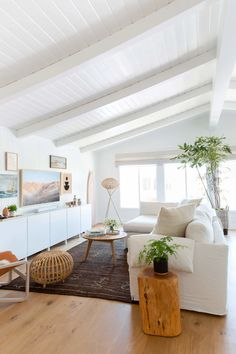 A Tech Expert's Breezy Beach House Is Decorated with Wellness in Mind This beachy minimalist house has a breezy and bright atmosphere because of the clean white walls and white and natural wood furniture pieces. Beach House Tour, Malibu Beach House, Beach House Decor, Beach House Interiors, Modern Beach Decor, California Beach Houses, Malibu Houses, California Home Decor, Modern Bohemian