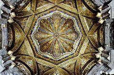 """""""Sobre una base cuadrangular, en juego de columnas, arcos y bovedillas, se enlaza la bóveda octagonal. Es notable su decoración, de motivos florales variados en alternancia, y la corona caligráfica en el centro. """"No es raro que el mirhab, un espacio tan pequeño, este lleno de tanto esplendor. Esto se debe a lo que representa el mismo."""