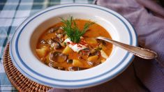 V Česku máme několik oblíbených receptů na houbovou polévku – někdo se neobejde bez bramboračky, jiný zase miluje kulajdu. Main Meals, Soups And Stews, Thai Red Curry, A Table, Soup Recipes, Food And Drink, Cooking, Ethnic Recipes, Kitchen