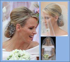 Minhas fontes ornamentais, informam que na família Grimaldi as noivas nunca usam tiaras na cerimônia de casamento. Por isso, Charlene Wittstock usou muitos diamantes compondo um arranjo de f…
