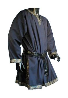 This is a more formal tunic that would work for Phoebus when he needs to be fancier. I like the dark blue for Phoebus because it implies royalty and power and as a guard it's good to show power and superiority.