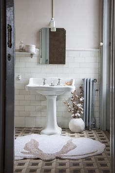 Bathroom goals Would you add anything else to this room? We love the simplicity of it. Our Cotton Flower rug blends in perfectly with the white and beige shades of this rustic bathroom Lorena Canals Rugs, Ikea, Washable Area Rugs, Cotton Plant, Bathroom Goals, Bathroom Trends, Rectangular Rugs, Rug Shapes, Bathroom Interior Design