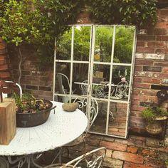 Aujourd'hui, le miroir de jardin est très prisé en décoration extérieure où il permet d'agrandir les espaces et ajouter une touche d'originalité. Les astuc Porches, Land Art, Little Houses, Jacuzzi, Terrazzo, Garden Design, Outdoor Structures, Patio, Nature