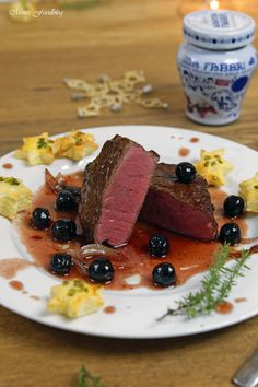 Das perfekte Festagsessen in der kalten Jahreszeit ist ein Rinderfilet mit Amarena-Kirsch Sauce. Eine aromatische Kombination aus deftig-süßen Komponenten.