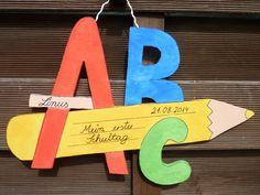 Damit auch jeder weiß, dass hier ab heute ein Schulkind wohnt, kommt dieses Schild an deine Haustür. Ich habe es aus Sperrholz ausgesägt und handbemalt. Ich fertige es auch gerne in deinen... Preschool Crafts, Crafts For Kids, Teachers Day Card, Origami, Classroom Board, School Decorations, Teachers' Day, Child Life, Unicorn Party