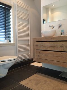 Badkamer. Steigerhouten meubel met losse waskommen. Landelijk, industrieel.