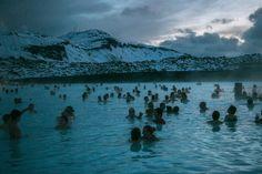 Coup de cœur #122 // © Manon Levet // Retrouvez les coups de cœur de la semaine sur le site de #fisheyelemag et envoyez vous aussi vos plus belles #photos à coupsdecoeur@fish... ! #CoupsDeCœur #Photo #photographie #photography #landscape #travel #travelphotography #iceland #islande #mountains #blue #lagoon #bluelagoon #swim #swimming #sunset