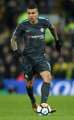 Kenedy Photos - Kenedy of Chelsea runs with the ball during the The Emirates FA Cup Third Round match between Norwich City and Chelsea at Carrow Road on January 2018 in Norwich, England. - Norwich City v Chelsea - The Emirates FA Cup Third Round Best Football Players, Soccer Players, Football Soccer, Football Moms, Soccer Guys, Chelsea Fc Players, Chelsea Fc Wallpaper, Norwich England, Carrow Road
