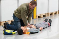 Een BHV training is erop gericht om uw medewerkers in geval van calamiteiten in uw bedrijf (bijvoorbeeld bij brand, explosiegevaar of een letselongeval) snel  actie te laten ondernemen. Na onze training weet uw personeel hoe te handelen bij bijvoorbeeld een brand of een ontruiming van het bedrijfspand. Daarnaast kan iemand na een BHV training ook eerste hulp bieden bij (bedrijf) ongevallen.