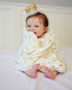 This daring ivory with metallic gold dots blanket will easily become your favorite for a long time to come! Made of soft and stretchy cotton knit fabric it will be perfect for swaddling your sweet bab