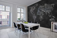 Interieur met behang wereldkaart zwart - Rebel Walls Wanderlust