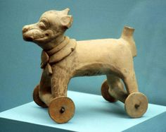 Figura zoomorfa de cerámica que representa a un perrito, sobre una plataforma con ruedas. Juguete infantil. Culturas del Golfo, Totonacas, Centro de Veracrúz, México.