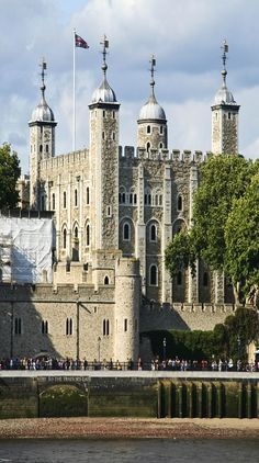 Tower of london on the Thames river in London, England | See why London is a Marvelous Tourist Destination