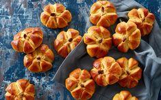 Søde små græskarboller der vil pynte på buffeten eller til halloween festen. Brødene ser flotte ud og er overraskende nemme at lave.