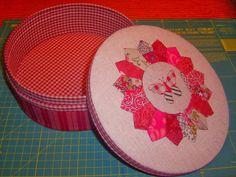 Tutorial, como forrar una caja de galletas. Sewing Case, Love Sewing, Pots, Diy Y Manualidades, Sewing Accessories, Decoupage, Diy And Crafts, Sewing Patterns, Decorative Plates
