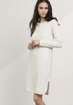 Langarm-Nachthemd für Damen mit extra langer, auch zum Stillen geeigneter Knopfleiste. #hessnatur