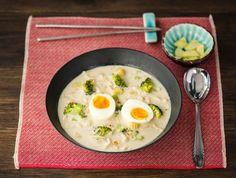 Deze rijkgevulde maaltijdsoep vindt zijn oorsprong in de Aziatische keuken. Gedroogd citroengras, sereh genoemd, is een kruid dat veel in Azië wordt gebruikt gebruikt en smaakt naar limoen. Dit zorgt voor een frisse smaak. Weetje: er bestaan heel veel verschillende noedels. Kijk op ons blog voor een uitgebreid overzicht.