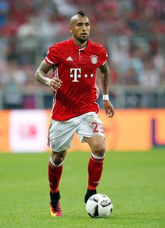 Arturo Vidal of Bayern Muenchen runs with the ball during the Bundesliga match between Bayern Muenchen and Werder Bremen at Allianz Arena on August. Soccer Guys, Good Soccer Players, Rugby Players, Football Soccer, Football Players, Arturo Vidal Bayern Munich, Fc Bayern Munich, Top League, Messi And Ronaldo