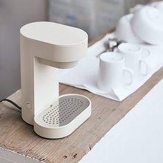 Coffee Maker by plus minus zero - Naoto Fukusawa Id Design, Form Design, Modern Coffee Makers, Coffee Machine Design, Charles Ray Eames, Bauhaus, Coffee Maker Reviews, Logos Retro, Best Appliances