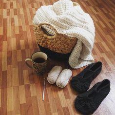 This morning's comfort session  #simplepleasures #cozyvibes #crochet #wovencobynadia #ourmakerlife #findyourcozy #stitchandhustle #craftsposure #knitwear #bohochic #crochetcurator #creativityfound #makersgonnamake #knitting #strikking #crochetaddict #yarn #homecollection #throw #neutrals #mybeigelife #instagood #instacrochet  by nadzibz