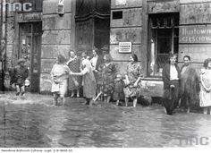 Sierpień 1931. Fragment zalanej ul. Św. Sebastiana. I mieszkańcy obserwujący potop