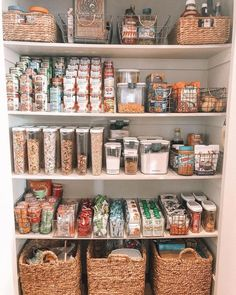 6 Tipps zur Organisation Ihrer Speisekammer 6 Tips on How to Organise Your Pantry - Experience Of Pantrys Kitchen Organization Pantry, Home Organisation, Organized Pantry, Organization Ideas For The Home, Pantry Ideas, Refrigerator Organization, Organize Small Pantry, Home Decor Ideas, Food Storage Organization