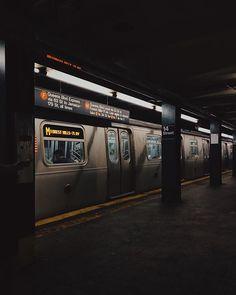 New Yorker U-Bahn - World: Gotham - Transport Night Aesthetic, City Aesthetic, Aesthetic Grunge, Aesthetic Photo, Aesthetic Pictures, Aesthetic Japan, Arduino Code, New York City, The Garden Of Words