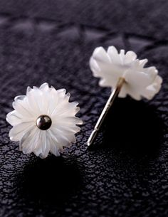 Daisy Pattern Shell Ear Stud