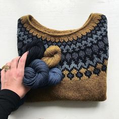 Ok people.. I'm officially obsessed with this Treysta knit by @camillavaddk! (Pattern in @laine_magazine) I keep checking her feed to admire this shot💛🖤✨She made it with a double strand of her beautiful lambswool and it's also the same yarn I'm currently knitting my newest design with (pictured in last 2 posts) and I'm having a hard time putting it down. #knitlovewool #camillavaddk #knittersofinstagram #lainemagazine #lopapeysa #handmade #camillavadlambswool