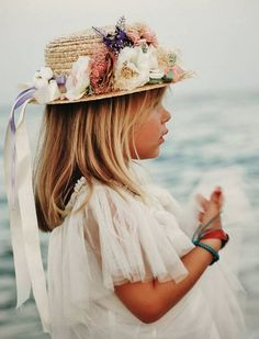 Canotier y vestido tul de Mon Air Tea Hats, Mode Hippie, Boater Hat, Fancy Hats, Page Boy, Fascinator Hats, Wedding With Kids, Girl With Hat, Kids And Parenting