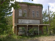 cushing hotel... Old Abandoned Buildings, Abandoned Mansions, Old Buildings, Abandoned Castles, Abandoned Places, Mansion Homes, Old Barns, Haunted Places, Ghost Towns