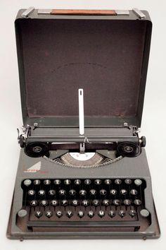 HERMES BABY Typewriter Schreibmaschine - cyan74.com - vintage & pop culture | SOLD