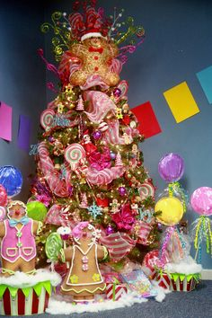 Gingerbread tree decor Ramblings of a Southern Girl: Candyland Christmas Tree with gingerbread men Candy Land Christmas, Unique Christmas Trees, Candy Christmas Decorations, Whimsical Christmas, Christmas Tree Themes, Christmas Gingerbread, Noel Christmas, Pink Christmas, Beautiful Christmas