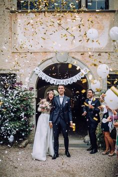 Gold confetti galore at this elegant wedding | Image by Chris & Ruth Photography | more wedding ideas & bridal inspiration @danellesbridal danellesboutique.com #WeddingIdeasElegant